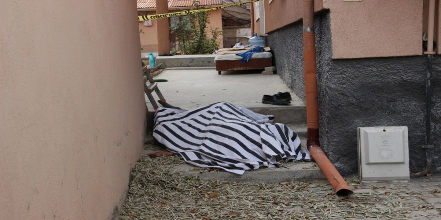 Garajın Çatısından Düşen Yaşlı Adam Öldü