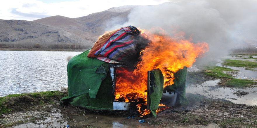 Eskimo Evi Değil, Kaçak Avcı Kulübesi
