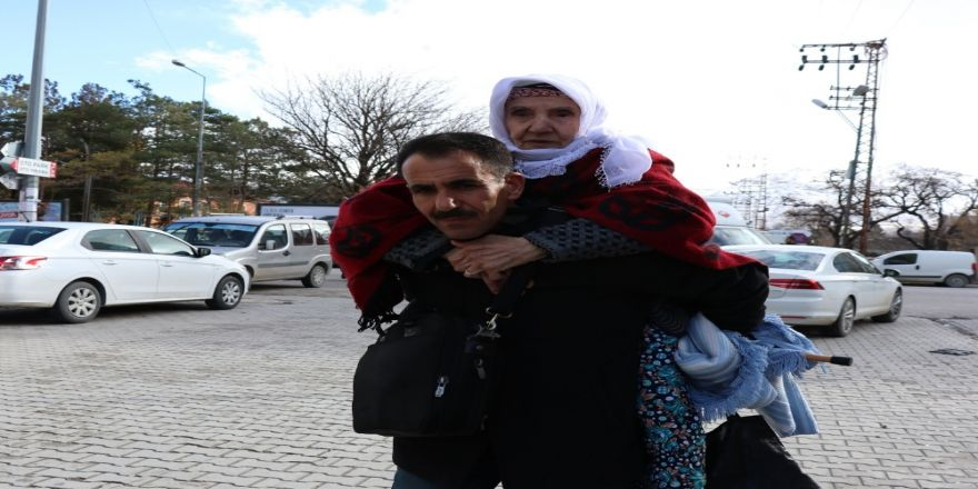 Annesini 17 Yıldır Sırtında Taşıyor