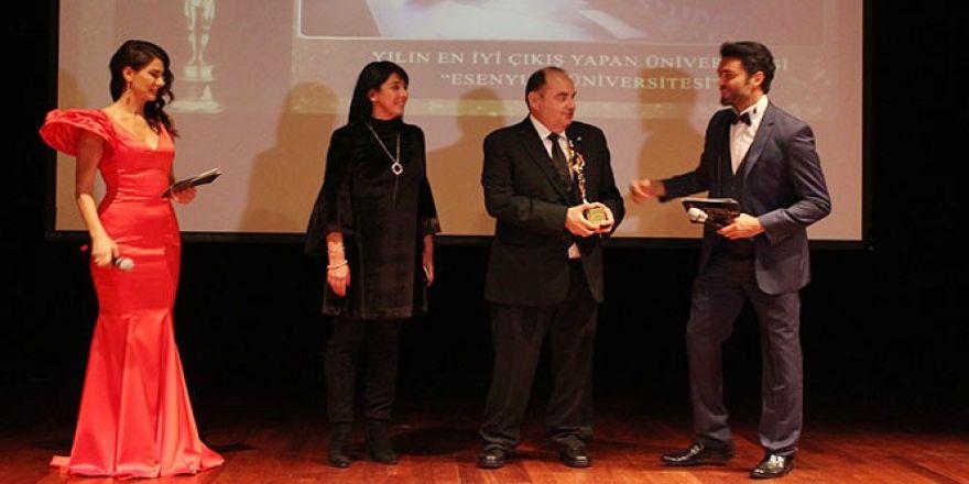 """""""Yılın En İyi Çıkış Yapan Üniversitesi"""" Ödülü Esenyurt Üniversitesinin Oldu"""