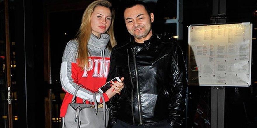 Serdar Ortaç eşi Chloe Loughnan'ın elini bir an bile bırakmadı