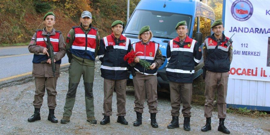 Jandarma karanfil dağıttı