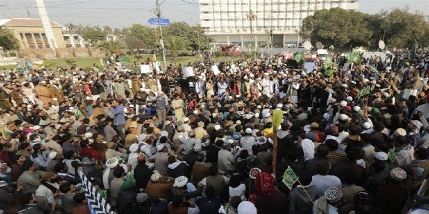 Pakistan'daki seçim yasası protestoları sürüyor
