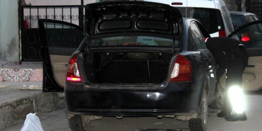 Sokak ortasında siyah otomobil'den kurşun yağdı