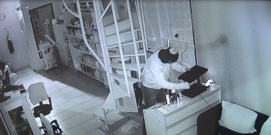 Kuaförden Bilgisayar Hırsızlığı Kamerada