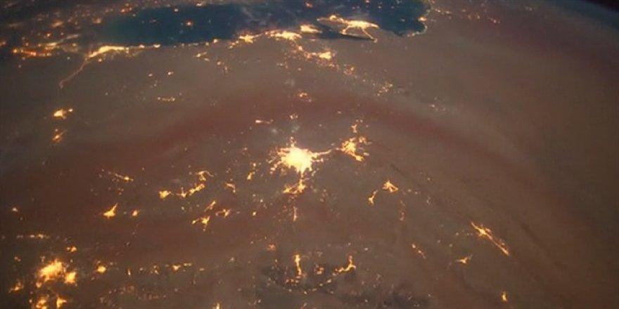 Meteorların atmosfere girişini görüntüledi