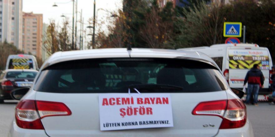 Kadın sürücüden arabasının arkasına ilginç pankart