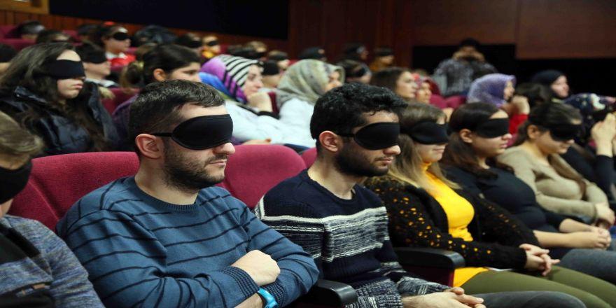 Filmi gözlerinde bantlarla izlediler!
