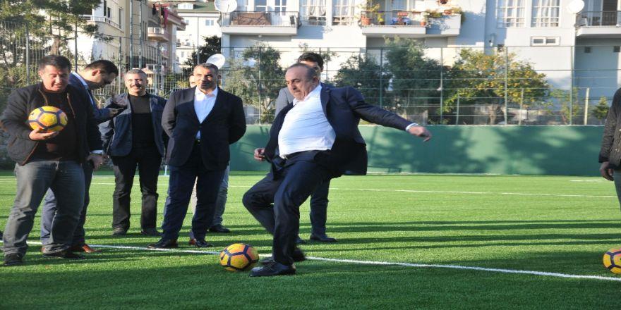 Bakan Çavuşoğlu Abisiyle Penaltı Attı