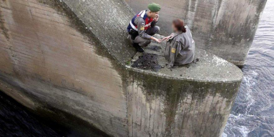 Alkol alıp köprüye çıktı! Jandarma 1 saat dil döktü