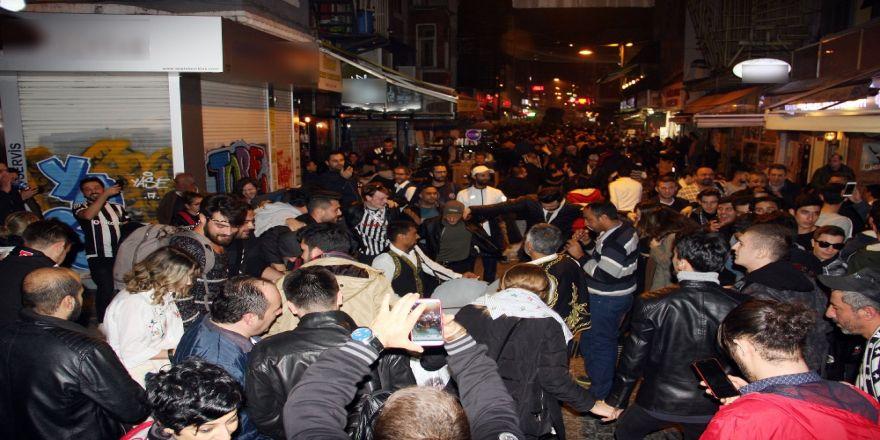Beşiktaşlı Taraftarlar Galibiyeti Çarşı'da Kutladı