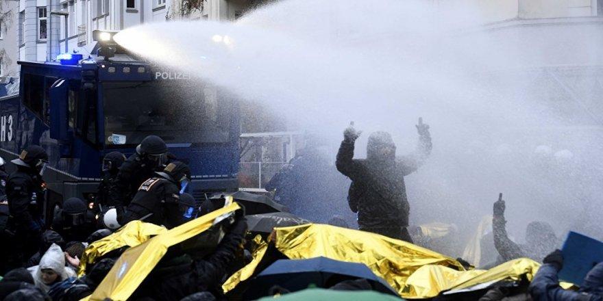 Almanya'da, AfD kongresini protesto edenlerle polis çatıştı