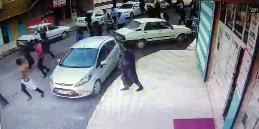 İki aile arasında kavga kamerada: 8 yaralı