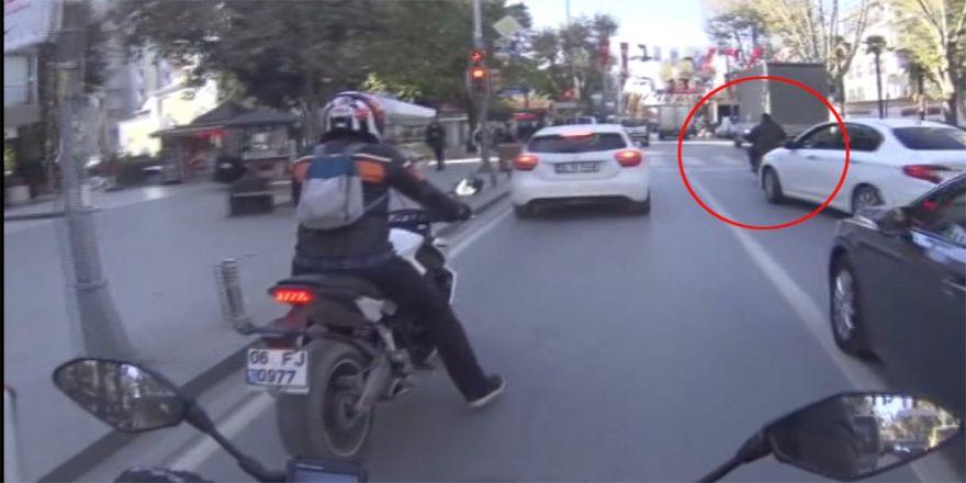 Motosikletlilerin ölümden kıl payı kurtuluşları kamerada