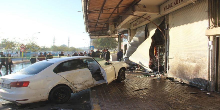 Otomobil öğrencilerin arasına daldı: 1 ölü, 1 yaralı