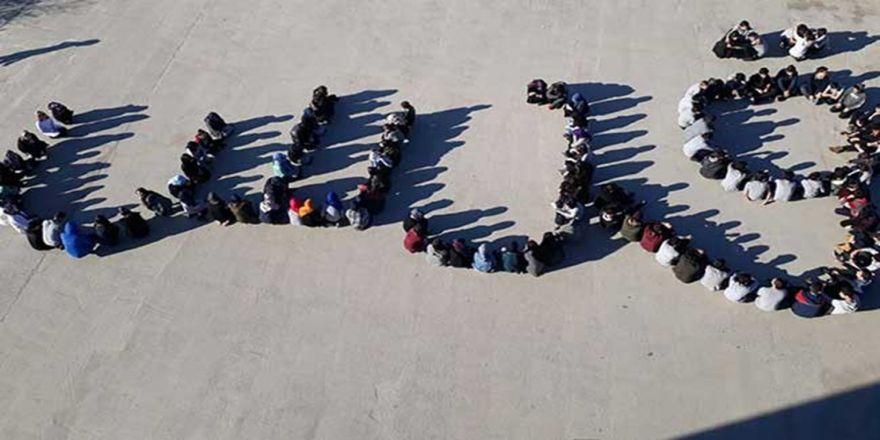 """Öğrenciler ABD'ye tepki için Arapça """"Kudüs"""" yazdı"""
