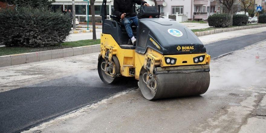 Sıcak asfalt  yama işlemleri devam ediyor