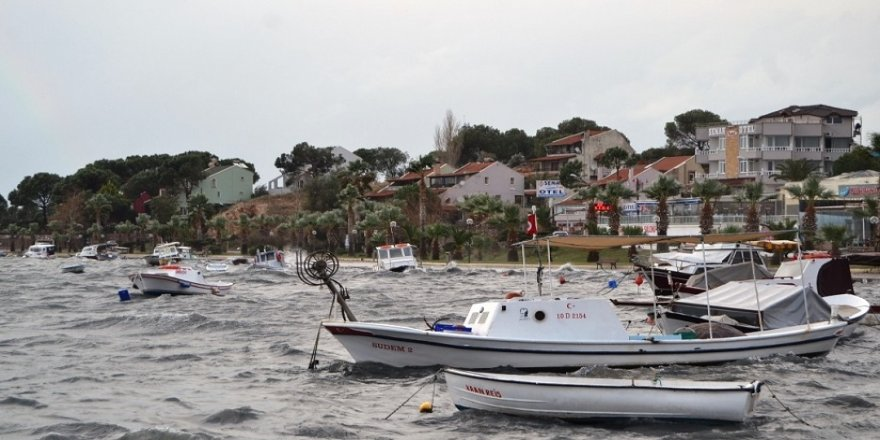 Lodos, balıkçı teknelerini batırdı