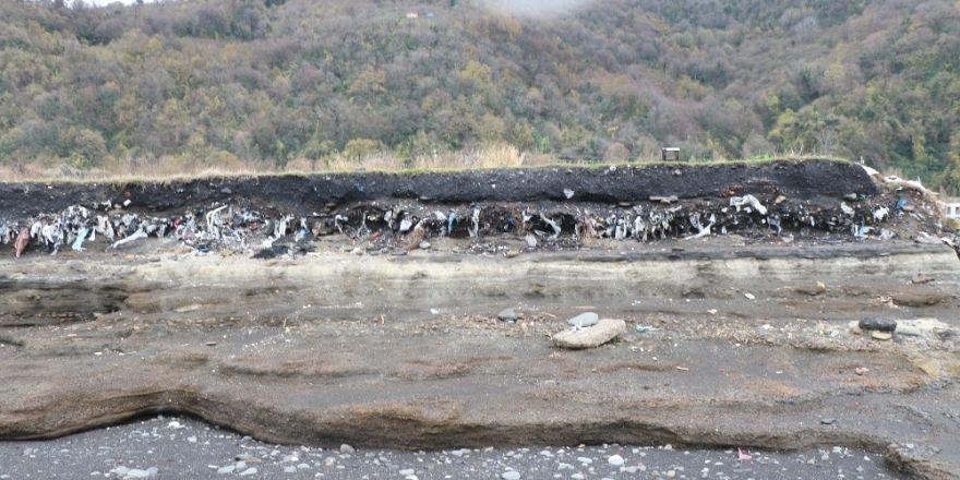 Sahil çöp, moloz, plastik atıklarla doldu