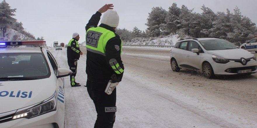 Denizli-Antalya karayolunda ulaşıma kar engeli