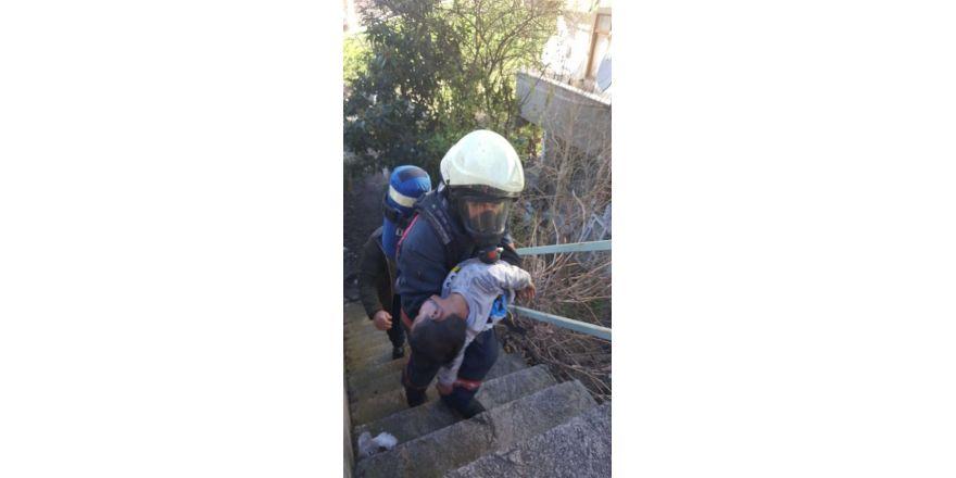 Gecekonduda çıkan yangından 7 yaşındaki çocuk kurtarıldı