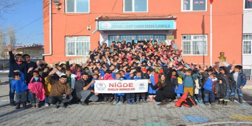 Öğrenciler, kasaba okuluna kütüphane kurdu