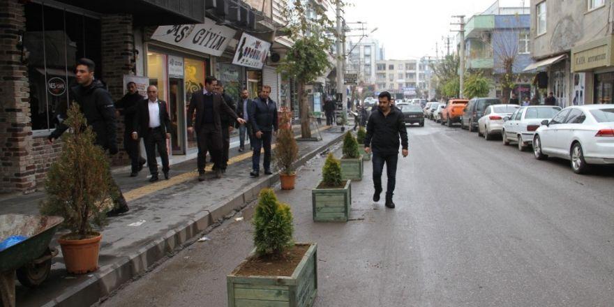 Bismil'de Esnaf Caddesi'ne dekoratif saksı yerleştirildi