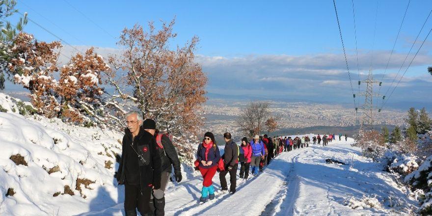 Karlı dağlarda 16 kilometre yürüdüler