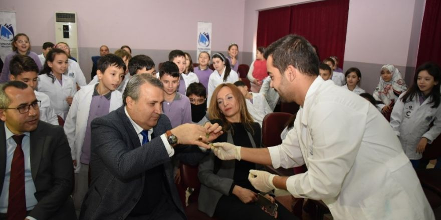 Başkan Çerçi öğrencilerle birlikte deney yaptı