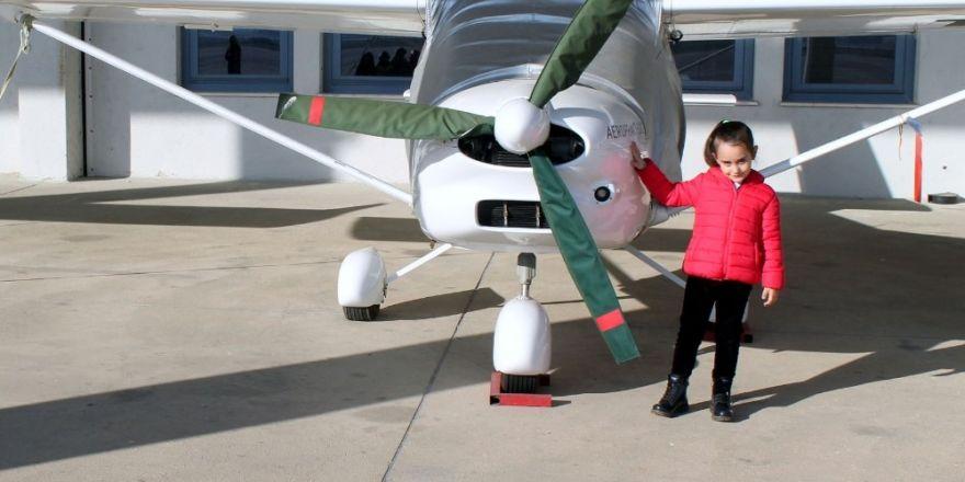Anaokulu öğrencilerinin havaalanı sevinci