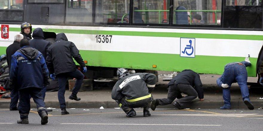 Otobüs durağa daldı