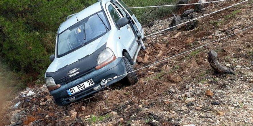 Yoldan çıkan araç uçurumun kenarında kaldı