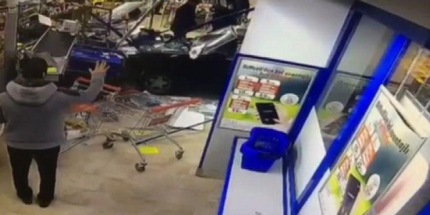 Otomobil markete daldı