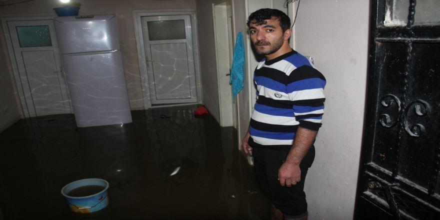 Rögar tıkandı, 4 evi su bastı