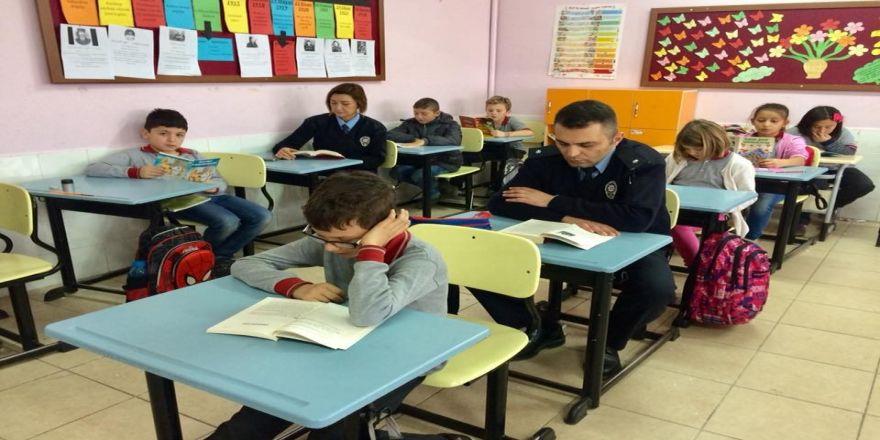 Polis abi ve ablaları ile kitap okudular