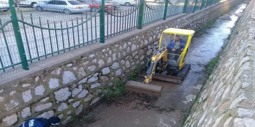 Körfez Belediyesi su baskınlarına karşı kanalları temizliyor