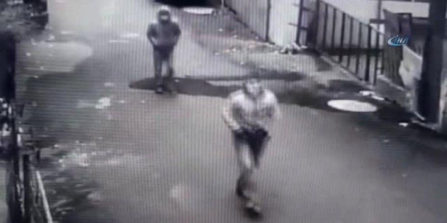 Eldiven takıp girdikleri evi soydular