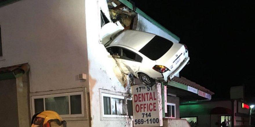 Araç binanın ikinci katına girdi!