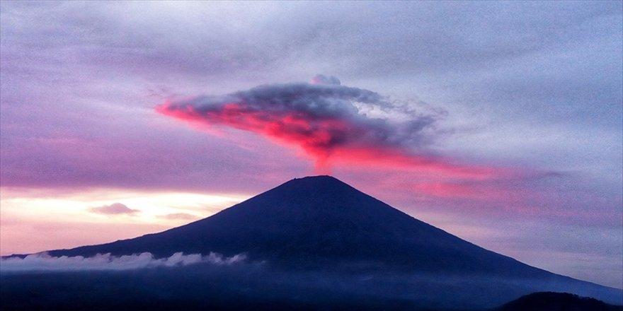 Agung Yanardağı yeniden kül ve duman püskürtmeye başladı
