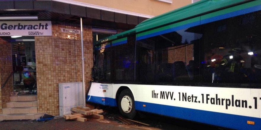 Yolcu otobüsü eve daldı