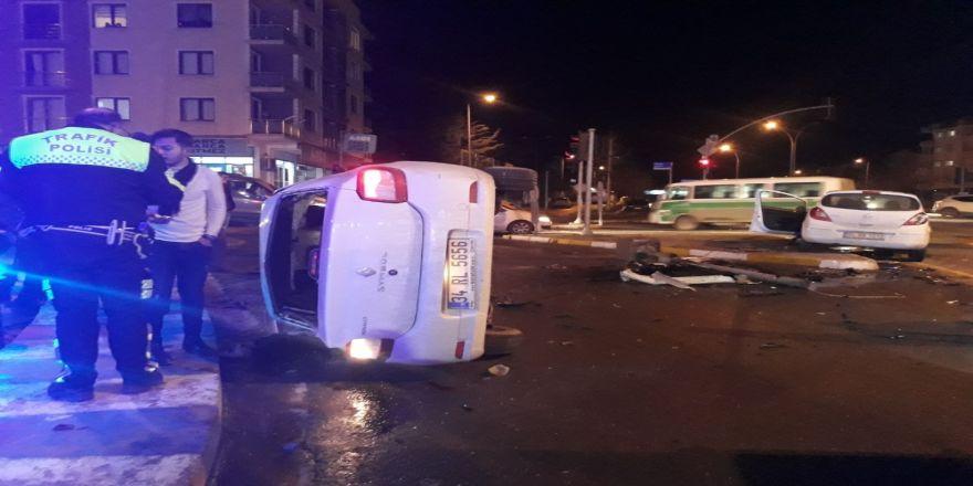 İki otomobil kavşakta çarpıştı: 6 yaralı