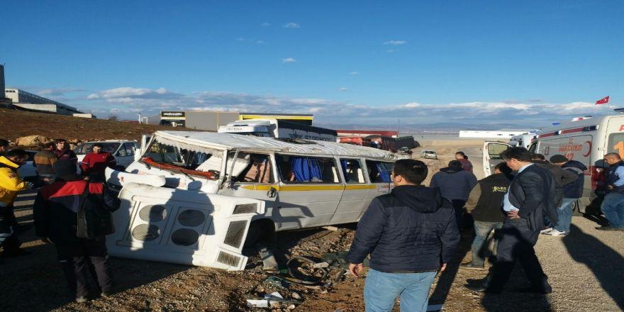 Korkunç kaza: Minibüs taklalar atarak durdu!