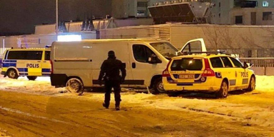 Kaçan minibüs polis aracına çarptı