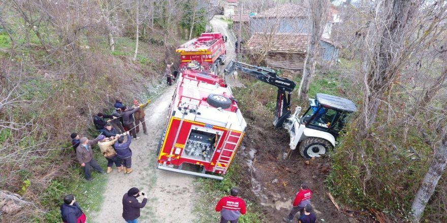 Yangına giden itfaiye aracı çamura saplandı!