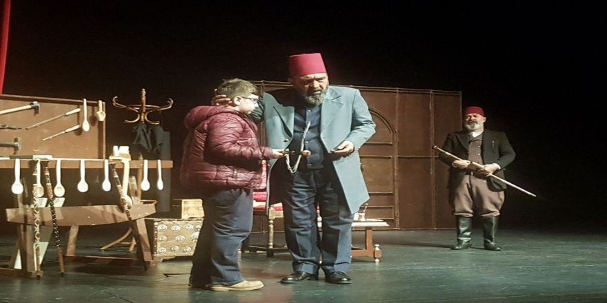 """""""Usta"""" adlı tiyatro oyunu sergilendi"""