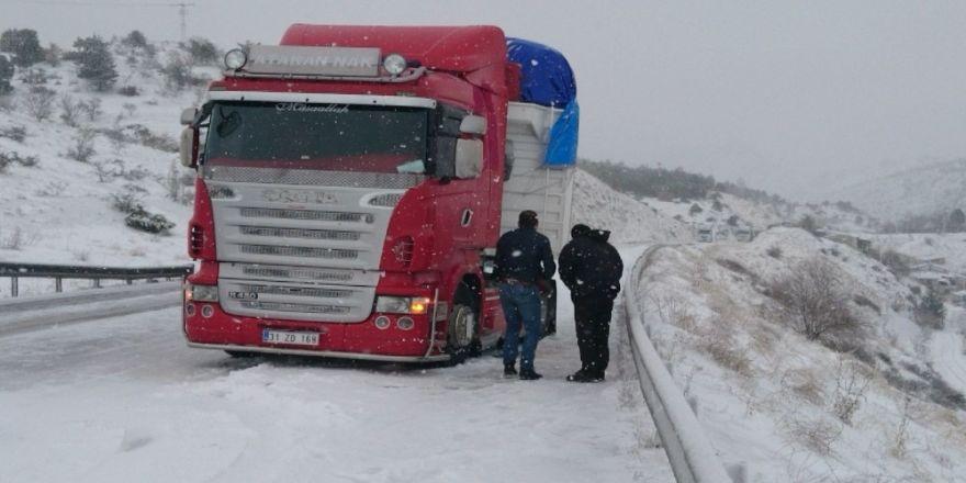 Buzlu yolda tırlar makas yaptı, şoförler çalışma olmadığı için isyan etti