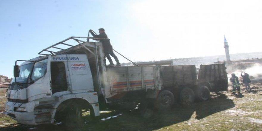 Saman yüklü kamyon alev aldı!
