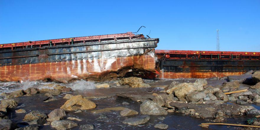 Dev dalgaların ikiye böldüğü gemideki personel böyle kurtarıldı