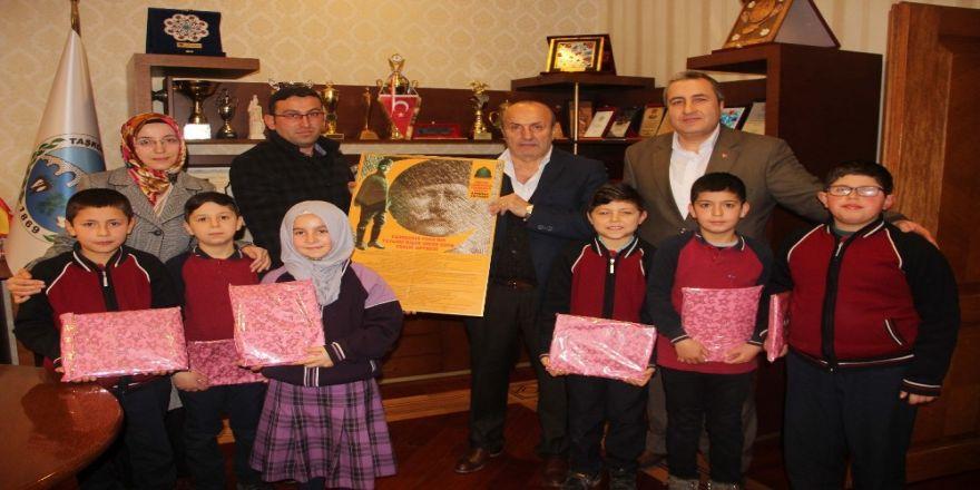 Başkan Arslan, yabancı dil öğrencilerine İngilizce okuma seti hediye etti