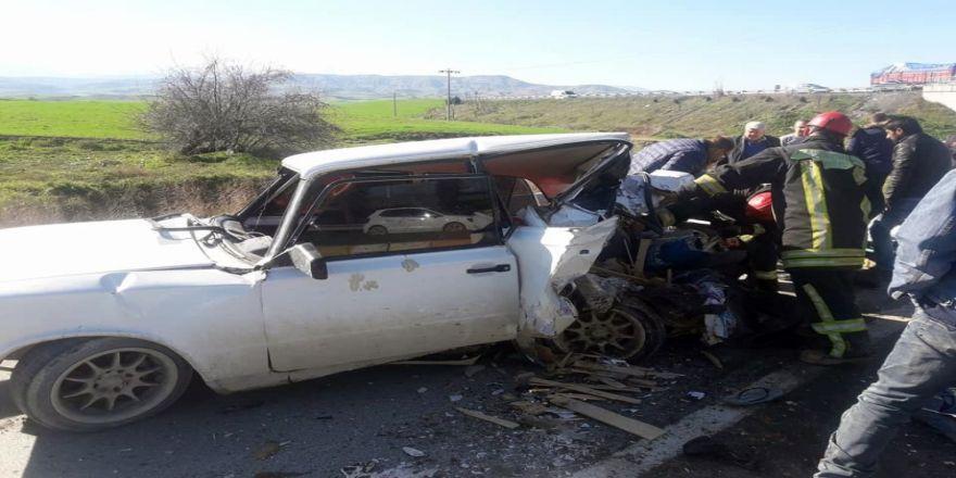 Cip otomobile çarptı: 3 yaralı